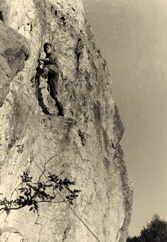 Prva smer v Dovžanovi soteski, Ta vohka, ki je po več poskusih nastala leta 1967. Na sliki je avtor smeri Luka Rožič, njegov soplezalec je bil Dušan Srečnik. Arhiva Luka Rožiča